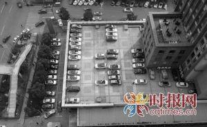 """轿车停靠在新牌坊美源国际露天坝上,被市民感叹""""空中停车场""""很牛"""