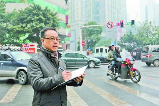 昨日,人大代表杨家学在路边调研交通拥堵问题。