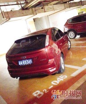 江北观音桥大融城,一辆轿车斜着车身,占据了三个连着的车位