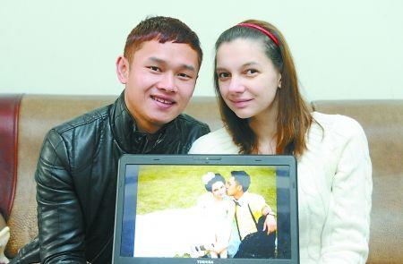 昨日,梁平,廖鹏和Lera展示他们的婚纱照。首席记者 钟志兵 摄