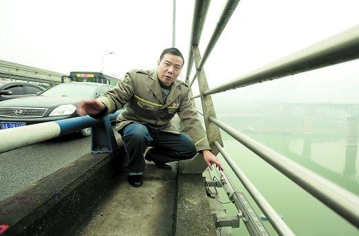 张奇林介绍,15日晚一名女孩就站在这个位置,他和三个热心市民将她救下。