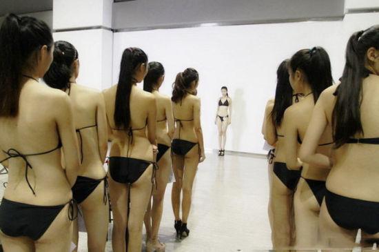 美女大学生穿比基尼上课