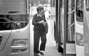 市人大代表陈洪兵提出扩大老年人办理免费乘车卡的受惠面