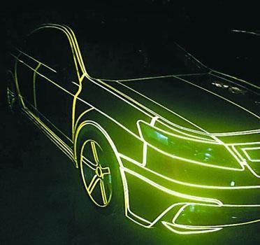 夜晚,经灯光反射,车子显得十分炫丽 受访者供图