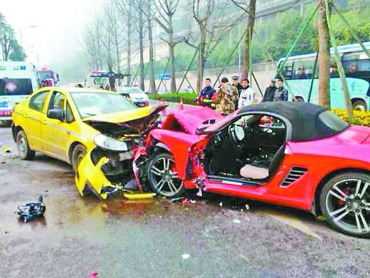 昨日,事发现场,保时捷和出租车的车头都严重受损。