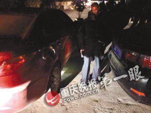 民警在黑漆漆的露天停车坝,用手机电筒功能查看车祸事故现场
