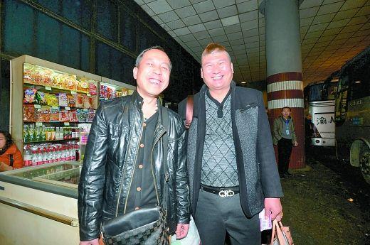 5万元失而复得,文彪(右)和徐剑很开心