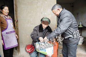 何跃明和老伴一起看望村上的老人