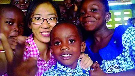 非洲,唐玥与当地孩子们在一起。 受访者供图