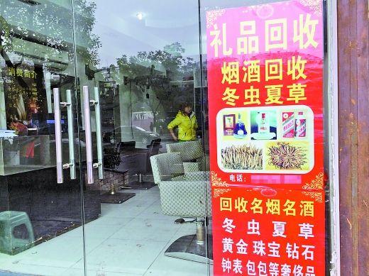店老板徐旭东说,这大半年来,他一直在吃老本,身边的同行目前有70%都在转行