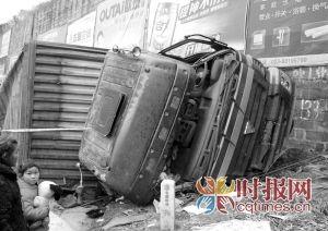 兰海高速,从高处坠下的大货车已经严重变形。
