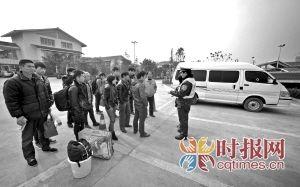 G65渝湘高速路巴南收费站入口附近,十多名乘客在所乘坐的面包车旁,等待执法人员为他们另外安排的车辆。