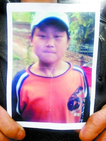哪位读者有照片中谭学峰的消息,请通知他的父母。 重庆晨报见习记者李悦摄