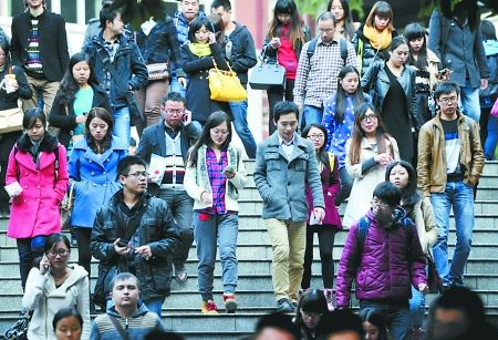市第十八中学,参加公务员考试的考生走出考场。