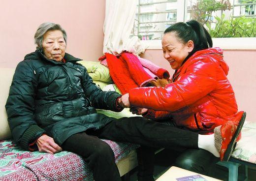 2月19日,石马河金果园小区,周治英在照顾独居老人。