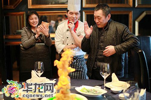 朱国荣(右)对学徒烹饪的老川菜菜品进行耐心点评和指正。