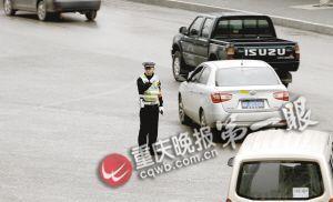民警正在三峡广场商圈附近疏导车辆