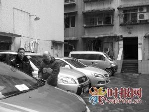 王某喝醉酒后,用刀砍了33辆车,这是指认现场的画面