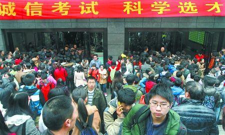 昨日,重庆大学,参加自主招生考试的考生们走出考场。