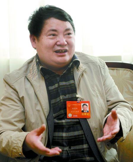 全国人大代表谢德体接受记者采访