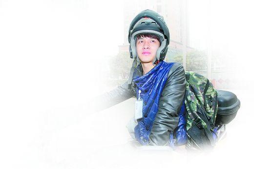 负责南坪西路片区的百世汇通快递员任勇。 重庆晨报记者 王海 摄
