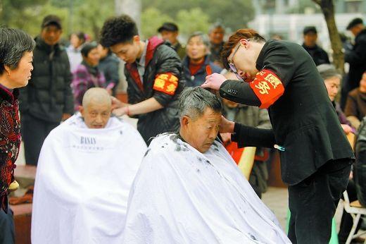"""昨日,璧山县举行了""""小城大爱 乐善璧山""""活动,志愿者义务为市民理发。 市文明办供图"""