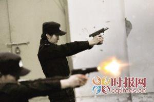 女子特警练习射击