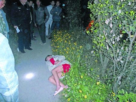 倒在路边的轻生女子 通讯员 曹鎏 摄