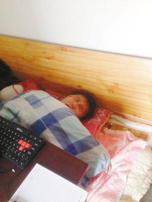 小陈虚脱昏迷在床上