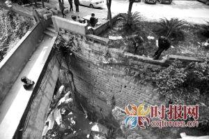 菜袁路渝中花园小区,不少住户在被面包车撞坏护栏的堡坎边张望