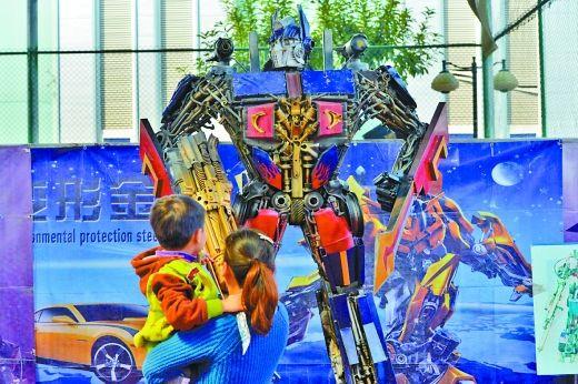 """昨日,奥体中心展览的""""变形金刚""""吸引了孩子的目光。"""