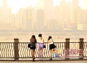 昨日,南滨路上,几位身着凉爽春装的市民,在暖暖的夕阳中眺望不远处高楼林立的渝中半岛
