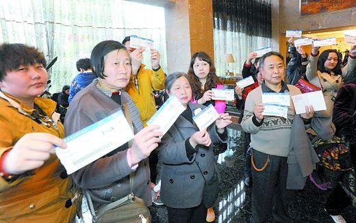 22日傍晚,渝北区一酒店,滞留乘客拿着换取的登机牌,希望飞机能尽早恢复,重新登机。 重庆晨报记者 杨新宇 摄