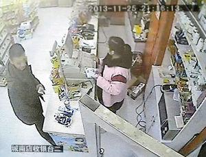 男子在十多铺城南店调包被监控拍下