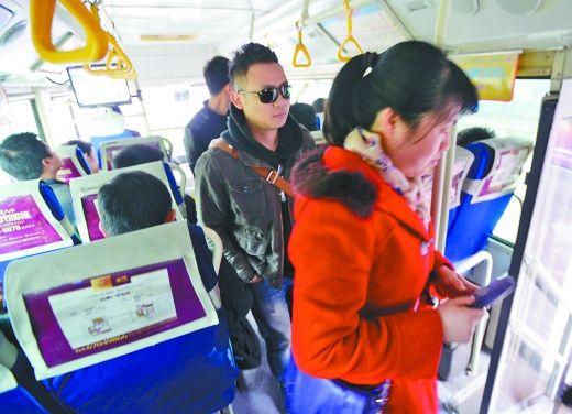 """昨日,公交反扒演习现场,""""乘客""""上了公交车,""""扒手""""紧紧跟上。"""