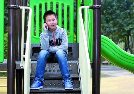 昨日,谭琪耀放学回家后在小区里给分别五年的小伙伴小朋打电话。