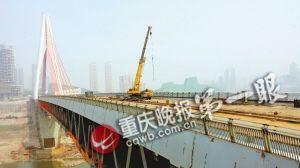 昨天,工人们正在东水门大桥上进行最后的路面铺设。