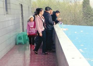 遇难驾驶员的一个女儿(左一)十分悲伤