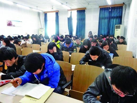 同学们集体上自习。