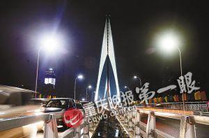 今天凌晨零时,东水门大桥正式通车。 上千市民 现场感受壮美