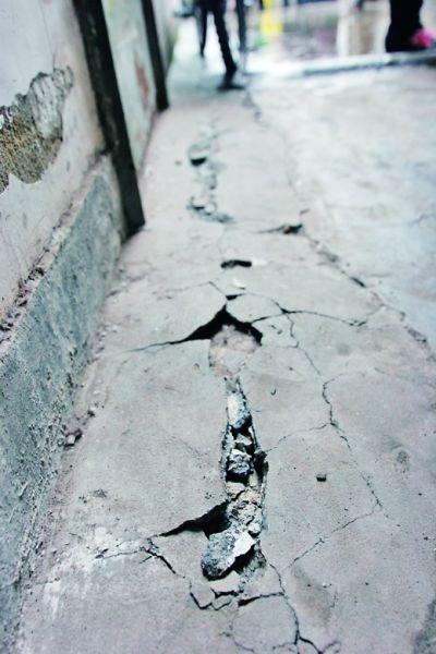 3月31日,小区的裂缝触目惊心。