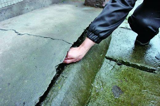 3月31日,除墙体裂缝,水泥地也拱起一个大缝。