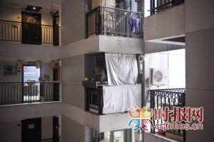 一家私房菜开在了大楼中,为避免油烟污染,阳台被店主用塑料布遮挡起来