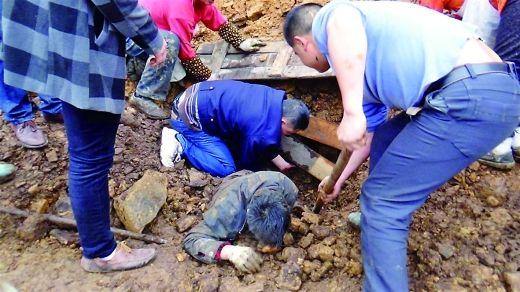 李华阳趴在土坑里用手刨土救人。 通讯员 贾秀涛 摄