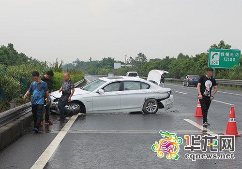 宝马车高速路上出车祸-渝中区公安分局供图