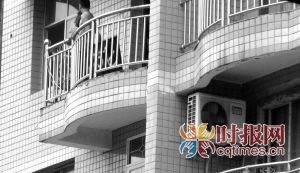 万州区新田镇,一名男子持刀挟持妻子,并将她捆在阳台上