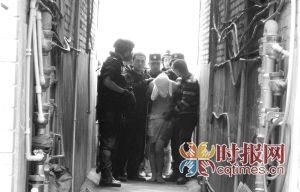 持刀男子被警方制服,妻子被送往医院抢救