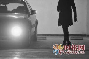 一小区停车库,一位女性驾驶员穿着高跟鞋准备驾车离开