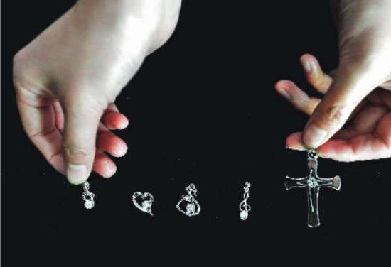 用骨灰钻石加工成不同的饰品,能让后人时刻相伴,寄托哀思。