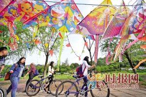 市民在巴滨路上放风筝